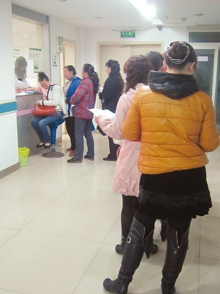 患者排着长长的队伍等待检查