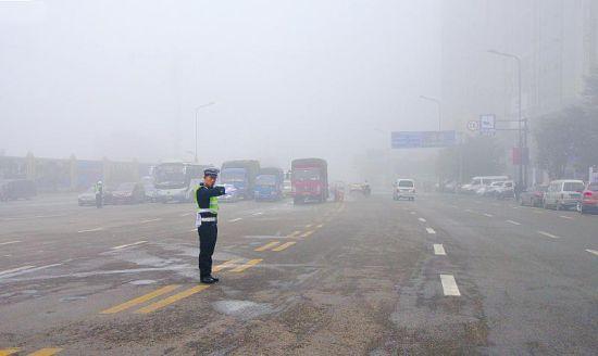 受大雾影响,昨晨9点内江高速路口才开始间断放行车辆
