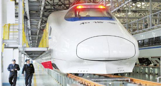 11月23日,成都东动车所,新型动车CRH2型动车组靓照。摄影张磊