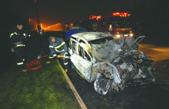车祸现场惨烈,消防员撬开标致车门抬出驾驶员遗体