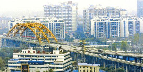 成都青龙场立交桥二层桥面在未来9个月将限速15公里。