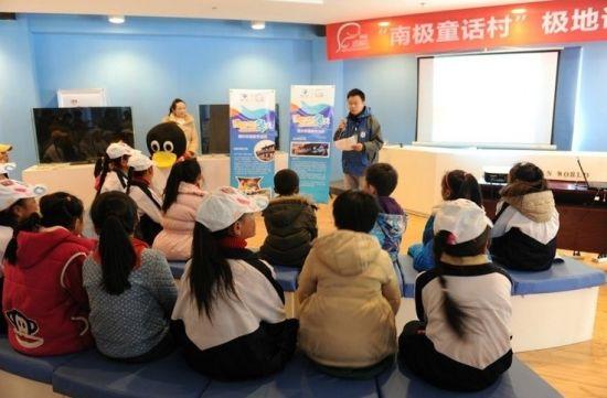 甘孜藏区小朋友正在认真专心的听课