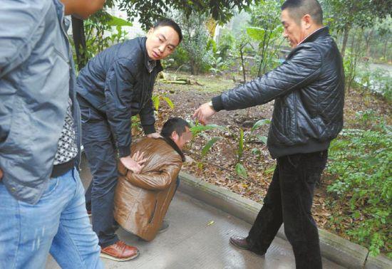 11月22日,专案组民警在宜宾市将犯罪嫌疑人聂某抓获。
