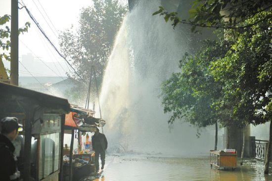 12月3日11时许,一施工地突然水管爆裂,水柱喷起15米高。