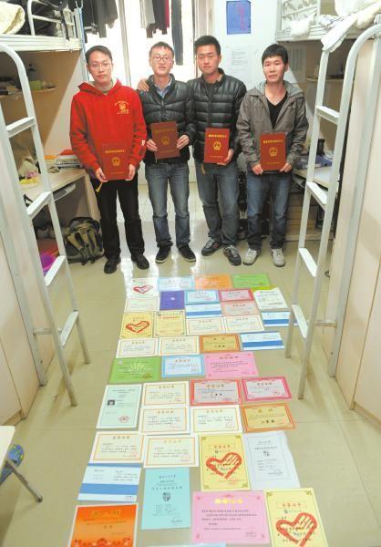 """西南交通大学的机械十班有四位被称""""学霸""""的大四学生,住在同一寝室。12月3日,""""学霸""""们将各种获奖证书铺满寝室。"""