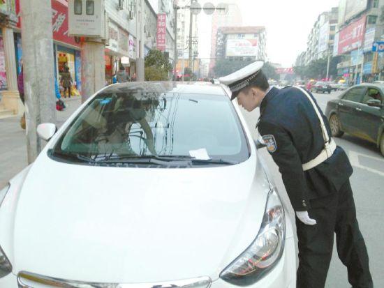 交警检查张贴过期罚单车辆。