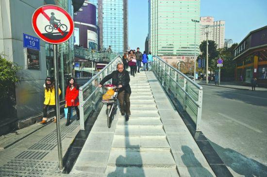 总府路人行天桥目前已经完成改造