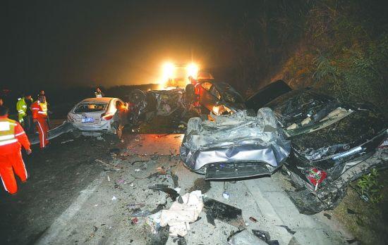 失控罐车连撞18辆小车   摄影记者 王勤