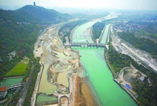 昨日,鸟瞰截流后的都江堰,内江的河床已基本露出