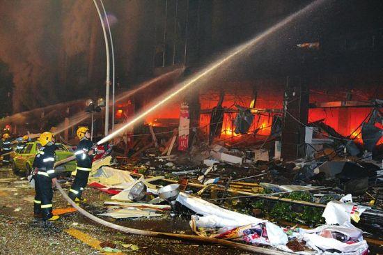 消防人员现场灭火