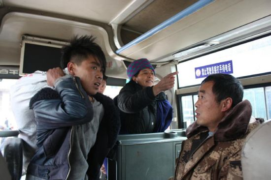 12月23日,西昌汽车东站,车主擅自涨价,与乘客发生争执