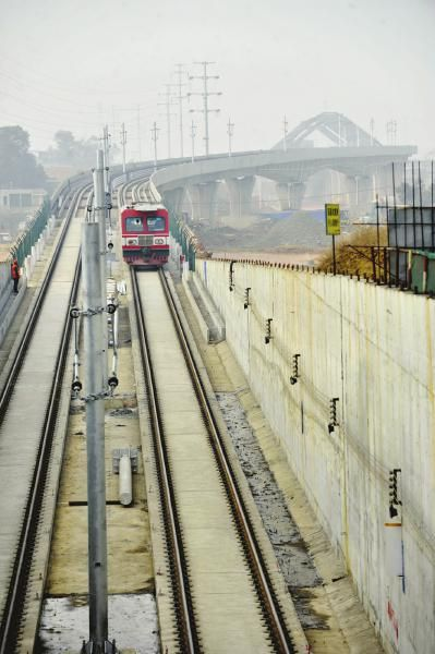 12月30日,成都市龙泉驿区,地铁2号线东延线轨道铺通