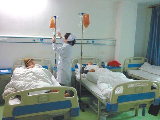 两名受伤工人在医院接受治疗