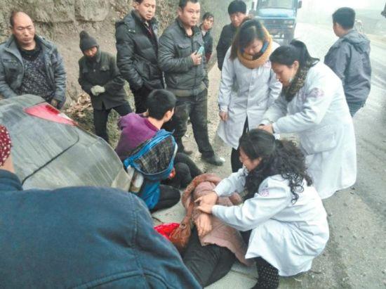 """3名医护人员正在救治伤员。网友""""大度看世界""""摄"""