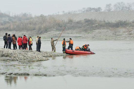 1月6日,消防员在事发河段继续寻找失踪者