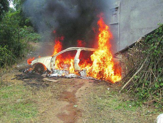 燃烧的奥迪车引燃民房。
