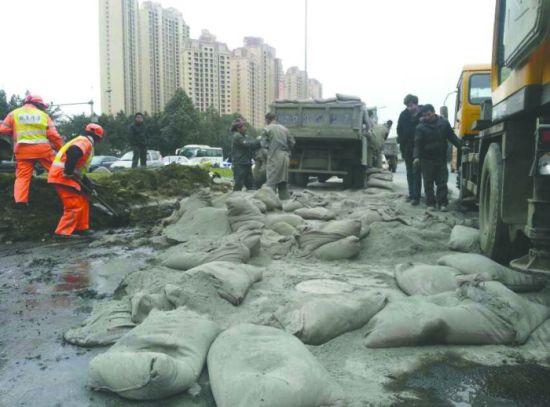 车祸现场,装载水泥的货车侧翻,袋装水泥撒落一地,占据着车道