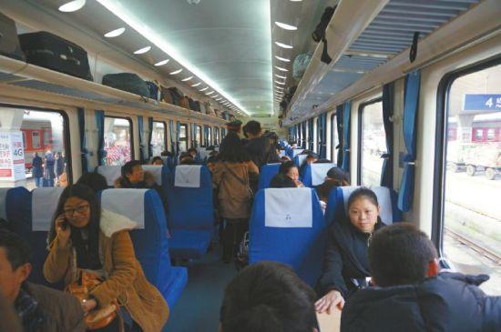1月12日,T58次特快首发列车,由成都站准点驶出。