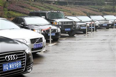 公开资料显示,唐桥此前使用的沃尔沃牌S80轿车左起第三辆,起拍价为13万元。