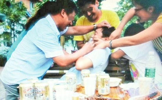 死者家属称,照片显示丁玖洪被其他网友灌酒。(受访者供图)