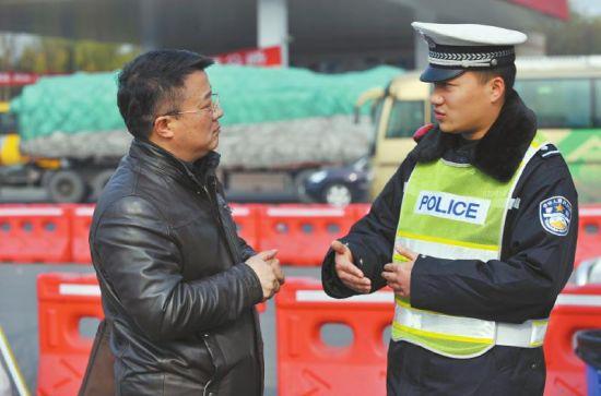 1月11日,陈懿向交警汪洋了解去年除夕成南高速车流量、交通秩序等情况。