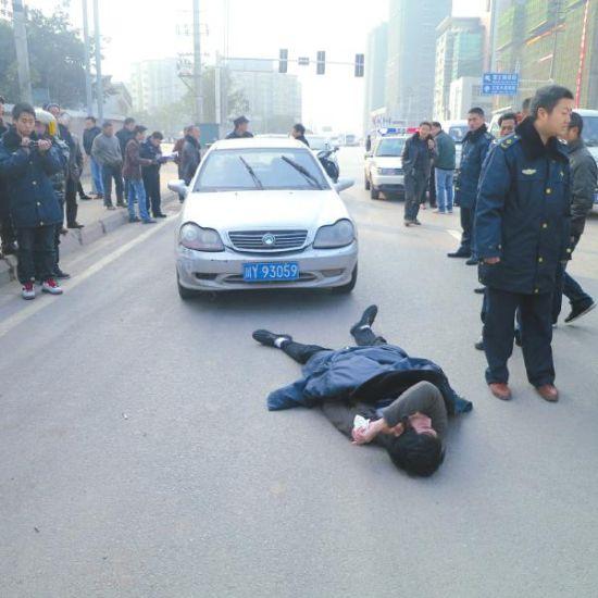 事发现场运管执法人员倒在地上 。