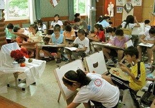 上课时同学们正专注于绘画