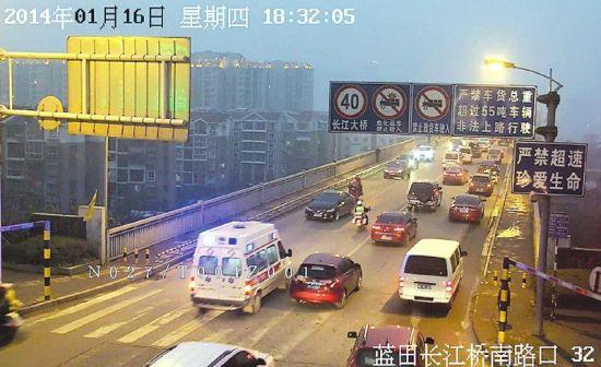 交警在前开道飞奔过泸州长江大桥。(视频截图)