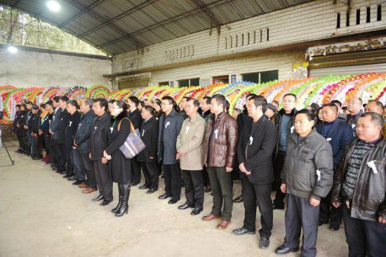 1月26日,群众为文建明送行。