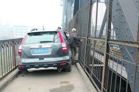 车子让市民过铁桥变得困难 。