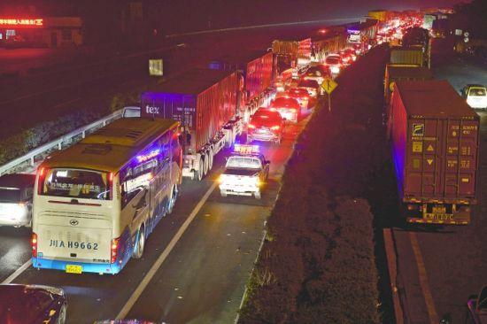 成南高速,从金堂开始至事故现场,车辆排起了长龙