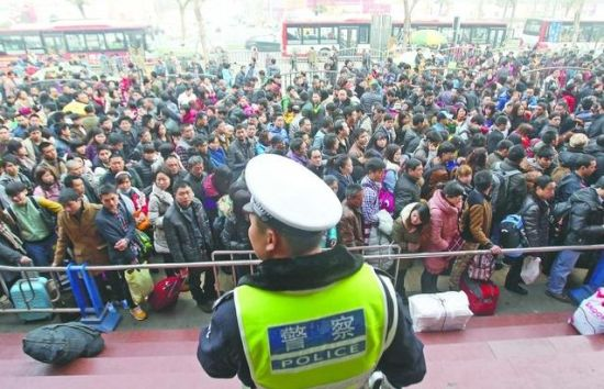 1月25日,五桂桥客运站前面排起了长队 摄影记者 刘畅