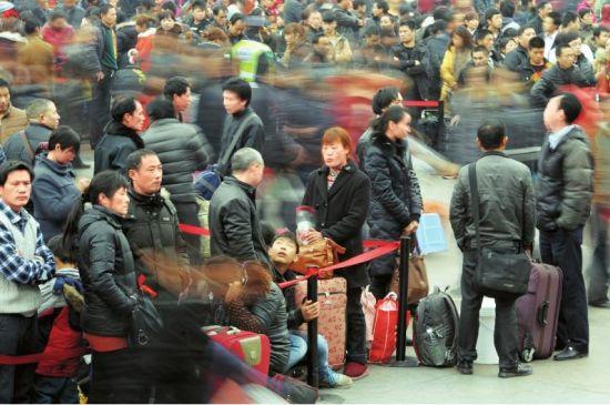 1月27日,成都火车站,穿梭的人流,诉说着对家的期盼。摄影郝飞