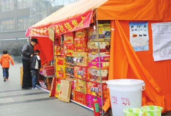 1月29日,成都东门大桥的一处烟花销售点在营业。摄影刘陈平