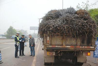 执法部门检查货车。(交警供图)