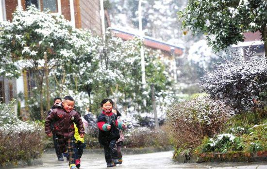 2月9日,都江堰市虹口乡,小朋友在雪花中奔跑。川报集团记者 刘陈平 摄