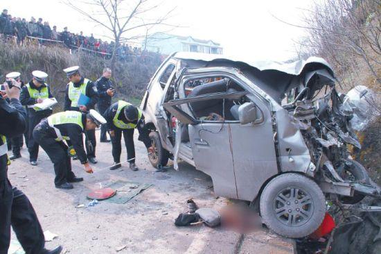 两车相撞后横在路面,面包车面部全非 ,货车车头受损。