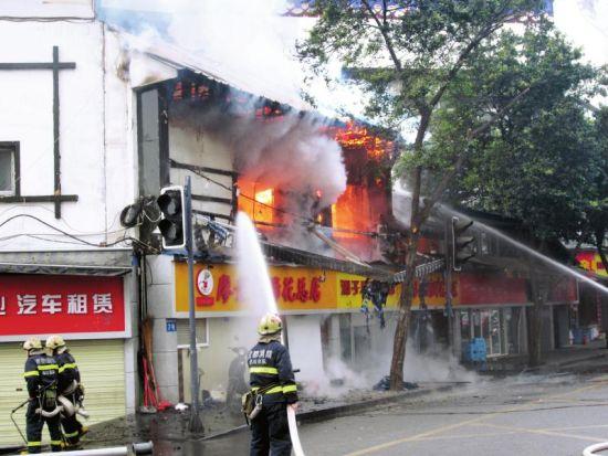 2月14日,成都东城根南街廖老妈蹄花店起火,消防正在灭火。(读者供图)