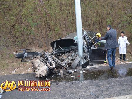 轿车撞上误入高速公路的男子后,一头撞上路杆。