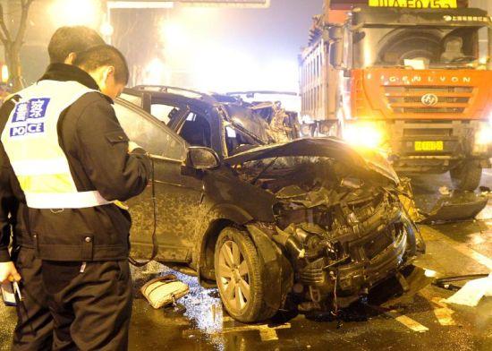 2月18日凌晨,追尾事故现场。