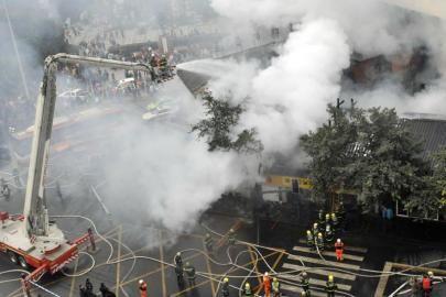 2月14日,成都廖老妈蹄花店起火,消防出动云梯天上地下同时进攻火势。吴小川摄