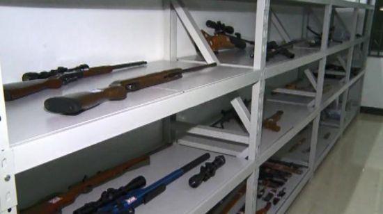 公安机关追缴的刘汉、刘维等非法持有的枪支武器。 新华社发