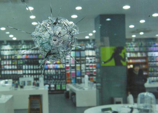 成都二环路北一段一手机商铺玻璃,被不明物体打穿