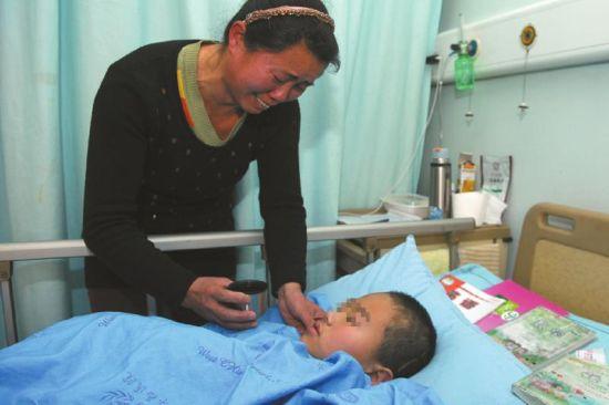 妈妈看着小桂龙重病的样子,泣不成声。
