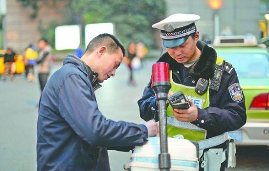 """""""我用嘀嘀打车,正在联系顾客,我问他在哪个位置。""""在被交警指出驾车打手机的行为时,出租车司机彭师傅说"""