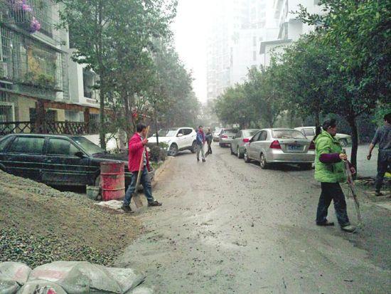 业主在公共绿地上浇水泥修车位