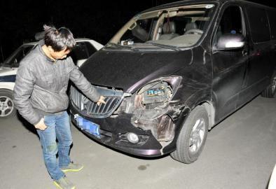 蓉奇葩司机限号出行 卫生纸挡车牌遭交警逼停