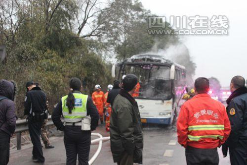 成渝高速一大客车自燃 幸无人员伤亡