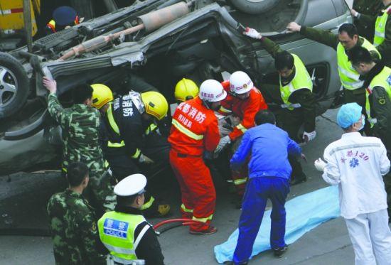 车祸发生后众人展开救援