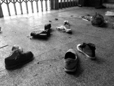 3月1日晚,昆明火车站,散落一地的鞋子。图/东方IC